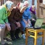 Бабушки и ноутбук - фото